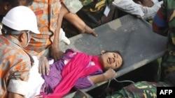 Regu penyelamat berhasil menyelamatkan Reshma, salah seorang pekerja pabrik garmen yang terjebak di bawah reruntuhan bangunan yang rubuh di Savar, dekat Dhaka, Bangladesh, sejak tanggal 24 April yang lalu (10/5).