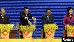 (左起)缅甸总统吴登盛、中国总理李克强、柬埔寨首相洪森和泰国总理英拉在东盟博览会开幕式上