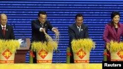 中国主席习近平和柬埔寨首相(左起第二人)洪森在上海西郊宾馆开会(2014年5月18日)