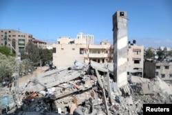 Bangunan yang hancur akibat serangan udara Israel di Kota Gaza, 18 Mei 2021. (REUTERS / Suhaib Salem)
