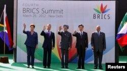 Para pemimpin lima negara BRICS saat menghadiri KTT di New Delhi, India tahun lalu (foto: dok). KTT ke-5 BRICS diadakan di Durban, Afrika Selatan 26-27 Maret 2013.