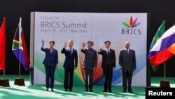 Líderes dos 5 países do BRICS durante uma cimeira do grupo na Índia em Março de 2012