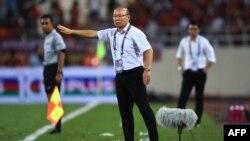 HLV Park Hang Seo theo dõi trận đấu Việt Nam-Malaysia trong khuôn khổ giải AFF Suzuki 2018 hôm 16/11 tại sân Mỹ Đình, Hà Nội.