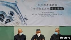 天主教香港教區候任主教周守仁(圖中)與湯漢樞機(圖左)和輔理主教夏志誠(圖右)5月18日出席記者會