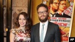 11일 미국 로스앤젤레스에서 열린 영화 '인터뷰' 시사회에 감독겸 주연배우로 출연한 세스 로건(오른쪽)과 배우 로런 밀러가 참석했다.
