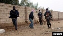 一群持槍男子在伊拉克費盧傑街頭。