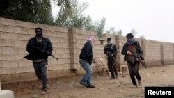 무장반군들이 3일 팔루자시 거리를 걷고 있다.