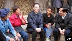 2002年温家宝副总理在视察贵州时和一家村民聊天