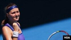 Petra Kvitova dari Republik Ceko merayakan kemenangan melawan Ana Ivanovich dari Serbia (23/1).