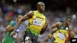 Pelari Jamaika, Usain Bolt (tengah) mengukuhkan dominasi sebagai manusia tercepat di dunia, setelah kembali memenangkan medali emas nomor 200 meter putera, Kamis (9/8).