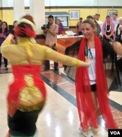 Nathalie, turis asal Kroasia (kanan) ikut menari bersama para penari di Balai Kota Surabaya.
