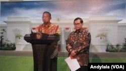 Menko Perekonomian Darmin Nasution dan Sekretaris Kabinet Pramono Anung di kantor Presiden Jakarta (Foto: VOA/Andylala)