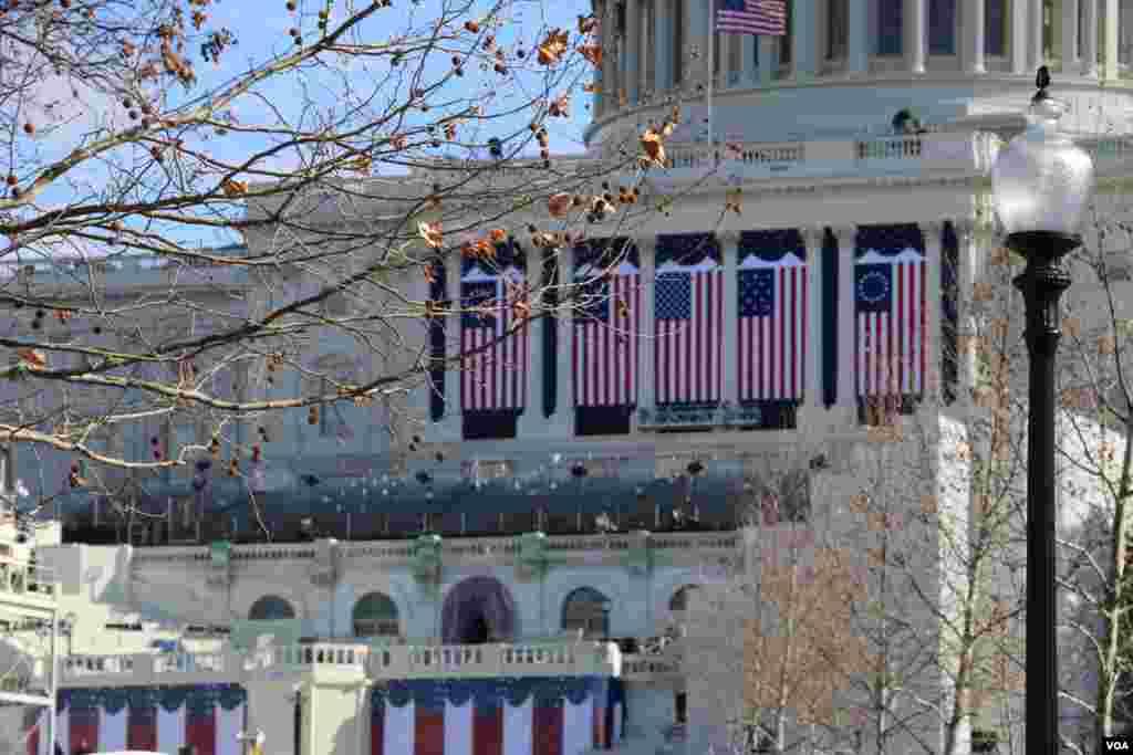 مراسم تحلیف رئیس جمهوری جدید آمریکا به یک رسمی دویست ساله در مقابل کنگره برگزار می شود. کنگره محل دو مجلس نمایندگان و سنا آمریکاست.