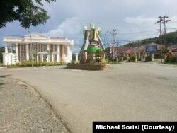 Suasana Kota Kolonodale di Kabupaten Morowali Utara yang sepi karena masyarakat memilih untuk berdiam diri di rumah masing-masing, 4 April 2020. (Foto: Michael Sorisi)