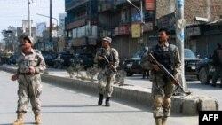 7 phần tử chủ chiến vũ trang súng ống và các áo vét cài bom, đã xông vào chi nhánh Jalalabad của Ngân Hàng Kabul vào sáng sớm hôm qua.
