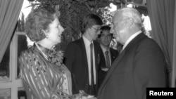 1986年5月26日时任以色列工贸部长的沙龙(右)在耶路撒冷的一个晚会上会晤英国首相撒切尔夫人。