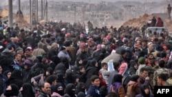 Sirijske porodice u bekstvu iz različitih oblasti istočnog Alepa