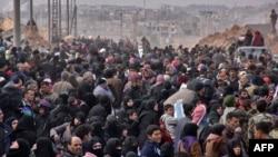 叙利亚的难民家庭从阿勒颇各个地区逃离出来(2016年11月29日)