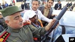 一名敘利亞軍官星期四向阿拉伯聯盟觀察員(左二)展示了一支沒收武器