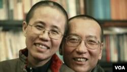 ທ່ານ Liu Xiaobo (ຂວາ) ຜູ້ທີ່ໄດ້ຮັບລາງວັນ Nobel ຂະແໜງສັນຕິພາບ ແລະພັນລະຍາ ນາງ Liu Xia