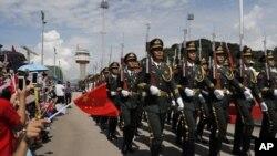 Tentara Pembebasan Rakyat China (PLA) ikut dalam upacara pengibaran bendera di pangkalan angkatan laut Pulau Stonecutter, Hong Kong, menandai peringatan 22 tahun penyerahan Hong Kong ke China, 30 Juni 2019.