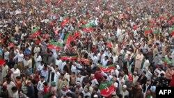 Hơn 100 ngàn người tụ họp tại thành phố Karachi ở miền nam Pakistan để mít tinh ủng hộ ông Imran Khan, 25/12/2011