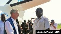 Umukuru w'igisata ca ONU cita ku mpunzi HCR, Filippo Grandi abonana na ministre w'Ubuganda ajejwe ivy'impunzi, Hilary Onek.