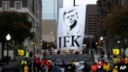존 에프 케네디 전 대통령의 서거 50주년을 맞아, 텍사스주 댈러스 딜리 광장에서 추모식이 거행됐다. 1963년 11월 22일 존 에프 케네디 전 대통령은 딜리광장을 지나던 중 총격을 당했다.