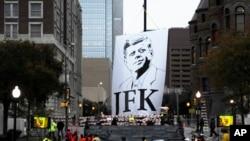 11月22日,在纪念肯尼迪总统遇刺50周年的仪式举行前,达拉斯迪利广场附近挂起纪念肯尼迪总统的横幅。