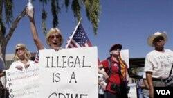 Judy Schulz, de Glendale, Arizona, manifesta apoyo a medidas que apuntan a perseguir a los indocumentados.