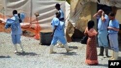 Lekari u karantinu za obolele od ebole u bolnici Donka u Konariju, 14. april 2014.