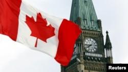 캐나다 오타와의 의회 시계탑 앞으로 캐나다 국기가 바람에 휘날리고 있다. (자료사진)