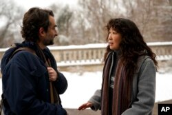 """Actor Jay Duplass with Sandra Oh in the series """"The Chair"""" (doc: Eliza Morse/Netflix via AP)"""