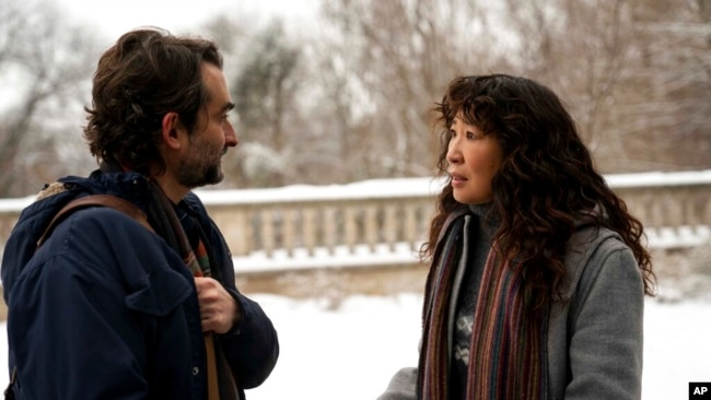 Jay Duplass and Sandra Oh are co-workers in 'The Chair' (Eliza Morse/Netflix vía AP)