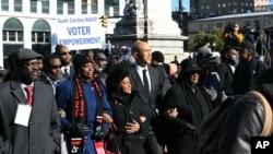 코리 부커 민주당 상원의원(왼쪽에서 네 번째)이 21일 마틴 루터 킹 데이 데이를 맞아 사우스캐롤라이나에서 열린 기념행사에 참석했다.