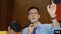學生領導人林飛帆談公物賠償問題(美國之音申華拍攝)