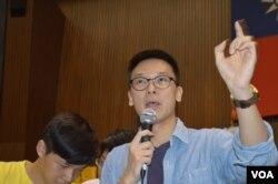 学生领导人林飞帆谈公物赔偿问题 (美国之音申华拍摄)