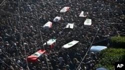 알라위파 조문객들의 애도 속에 희생자들의 운구행렬이 지나가고 있다.