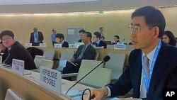 6일 유엔 인권이사회 강제실종 실무그룹 회의에서 박상기 주제네바 한국대표부 대사(오른쪽)가 발언하고 있다. 맨 왼쪽은 이를 듣고있는 제네바 주재 북한대표부의 김용호 참사.