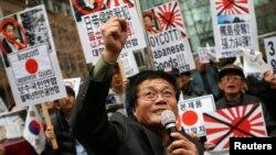 지난 1일 제 95주기 3.1 절을 맞아, 한국 서울의 일본 대사관 앞에서 보수 단체들이 반일 집회를 열었다.