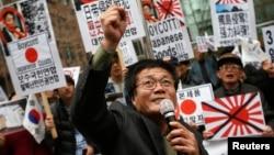 Người Nam Triều Tiên biểu tình trước Đại sứ quán Nhật Bản ở Seoul. Quan hệ giữa hai cường quốc Á Châu đã sa sút vì điều mà Seoul cho là Nhật Bản nhất định không hối lỗi về quá khứ quân phiệt của họ.