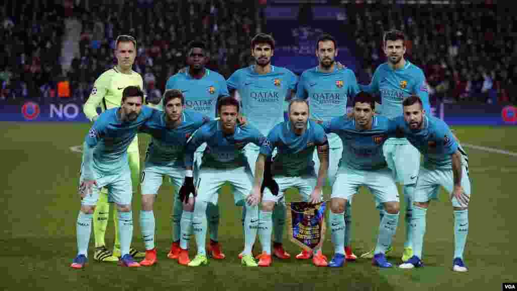 Les joueurs de Barcelone posent pour une photo avant le match au stade du Parc des Princes à Paris, le 14 février 2017.