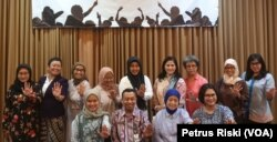 Para aktivis perempuan dari LSM Savy AMira dan dari pemerintah daerah sepakat menolak kekerasan. (Foto:VOA/Petrus Riski).
