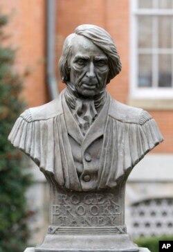 امریکہ کے سابق چیف جسٹس روجر ٹینی کا ایک مجسمہ (فائل فوٹو)