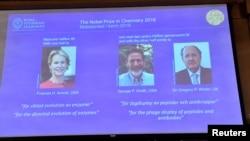 ၂၀၁၈ ဓါတုေဗဒ ႏိုဘဲလ္ဆုရွင္ ၃ဦး - Frances H. Arnold (အေမရိကန္)၊ George P. Smith (အေမရိကန္)၊ Gregory P. Winter (ၿဗိတိန္)