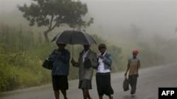 Uragani Irenë u afrohet brigjeve lindore në SHBA me erë dhe shi