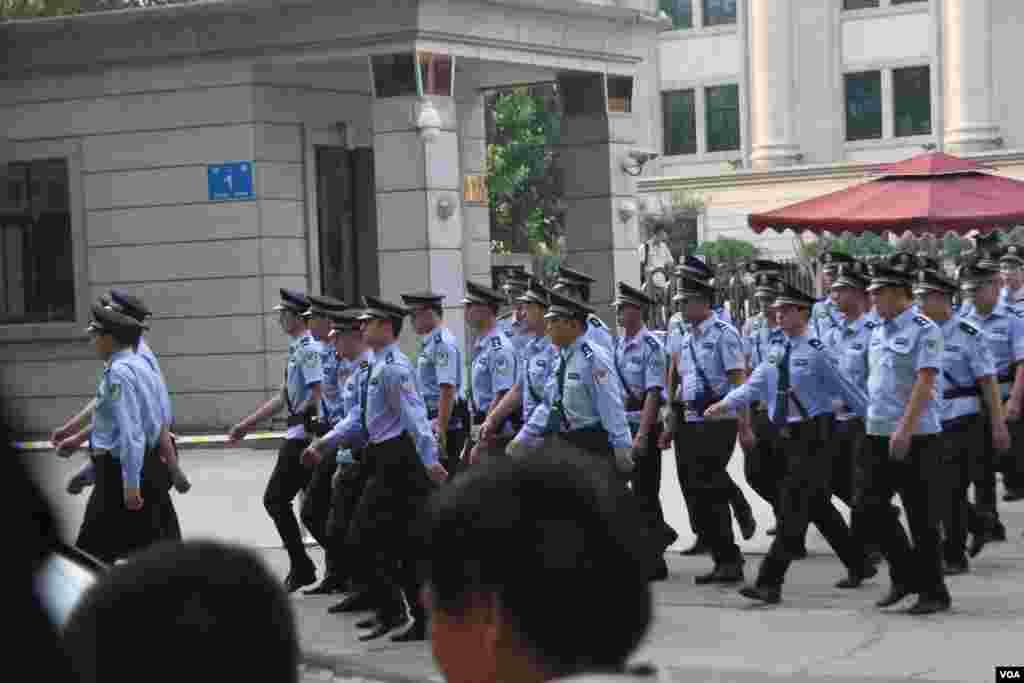济南中级人民法院前加强了警力