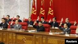 Lãnh tụ Triều Tiên Kim Jong Un tham dự phiên họp ngày thứ tư của Hội nghị Khoán đại lần thứ 3 của Ban Chấp hành Trung ương của Đảng Lao động Triều Tiên ở Bình Nhưỡng, Triều Tiên trong bức hình do thông tấn xã nhà nước KCNA công bố ngày 18 tháng 6, 2021.