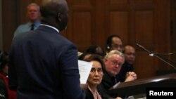 ICJ တရားရုံးတြင္ ဂန္ဘီယာတရားေရးဝန္ႀကီးAbubacarr Tambadou ေျပာၾကားေနစဥ္ ေဒၚေအာင္ဆန္းစုၾကည္ နားေထာင္ေနသည့္ျမင္ကြင္း (ဒီဇင္ဘာလ၊ ၁ဝ၊ ၂ဝ၁၉ )