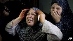 팔레스타인인들이 11일 이스라엘군의 공습으로 숨진 모녀의 장례식에 참석해 오열하고 있다.